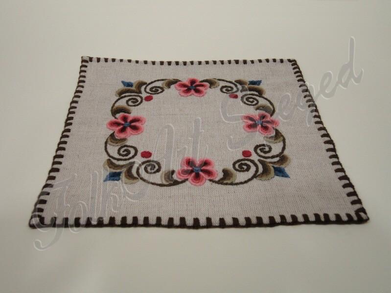 17. Kress vászon, kézzel hímzett alátét, virágos, négyzet alakú, 20 x 20 cm