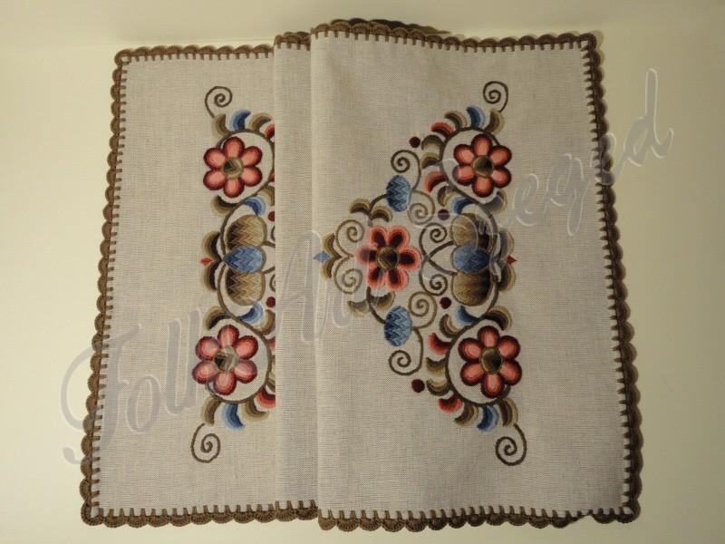32. Kress vászon, kézzel hímzett futó, rózsás, 40 x 90 cm, horgolt széllel