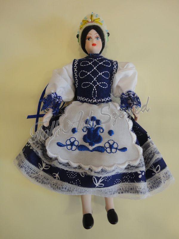 90. Porcelán baba kékfestő népi viseletben, 20 cm