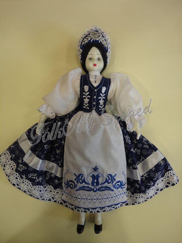 89. Porcelán baba kékfestő népi viseletben, 45 cm