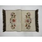 23. Kress vászon, kézzel hímzett futó, koronás, 35 x 75 cm, rojtos széllel