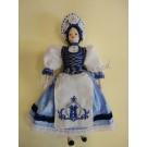 91. Porcelán baba kékfestő népi viseletben, 25 cm
