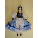 92. Porcelán baba kékfestő népi viseletben, 30 cm
