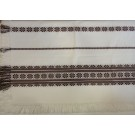 311. Szőttes terítő, fehér alapon hagyományos mintával, barna beszövéssel, rojtos 140 x 200 cm