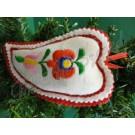 598. Karácsonyi, kézműves, filc paprika fenyődísz, fehér, színes hímzéssel, 13 cm