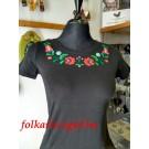 959.  Hímzett női póló, színes matyómintával