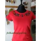 960.   Hímzett női póló, piros alapon színes matyó mintával