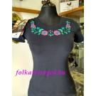 962.   Hímzett női póló, sötétkék alapon mályva színnel, matyó mintával