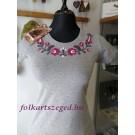 963.   Hímzett női póló, szürke alapon, mályva színnel, matyó mintával